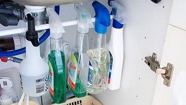 <B>Miejsce na środki czystości.</B> Na półce w szafce nie wszystko się mieści. Jeśli jednak umieścimy w niej reling można na nim zawiesić płyny do mycia szyb etc. W ten sposób w pełni wykorzystujemy posiadane miejsce.