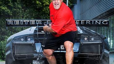 Austriak Franz Mullner udowodnił w 2008 roku, że można powstrzymywać przed ruszeniem auto, które daje z siebie wszystko, przez 13,84 s.