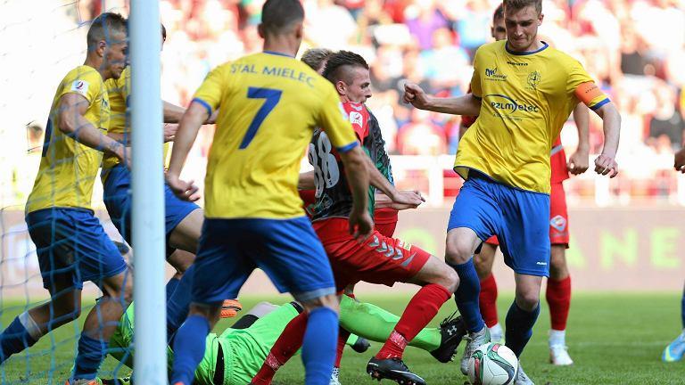 Sebastian Zalepa (żółta koszulka) przy piłce. Obrońca wzmocni Resovie Rzeszów