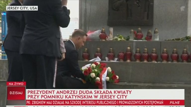 Andrzej Duda składa kwiaty pod Pomnikiem Katyńskim