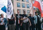 """R�ce precz od Trybuna�u"". Czarny protest KOD na D�ugim Targu w Gda�sku"