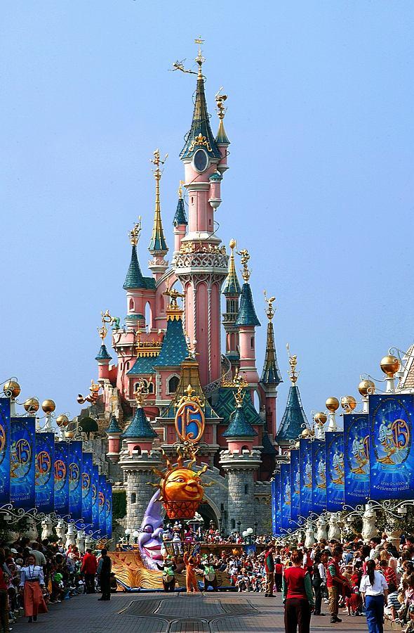 Disneyland Park, Marne-la-Vallée, Francja - 10,500,000 odwiedzających rocznie. Co roku miliony ludzi zjeżdżają pod Paryż, aby zwiedzić pięć wspaniałych krain żywcem wykrojonych z baśni i filmów wytwórni Disneya. Ten świat wciąga nawet dorosłych.