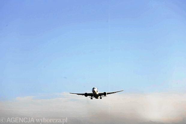 Czekaj�c na lot tury�ci mogli jedyna patrzy� na inne startuj�ce samoloty