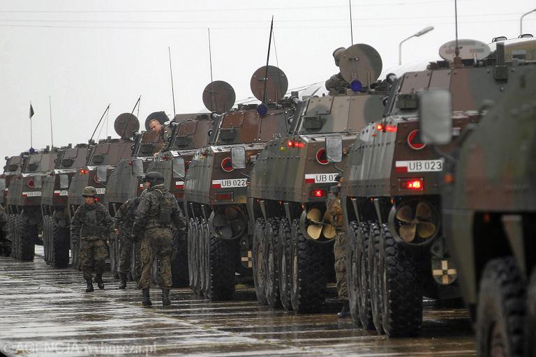 olnierze 12 Brygady Zmechanizowanej podczas przygotowan do wyjazdu na poligon do Orzysza