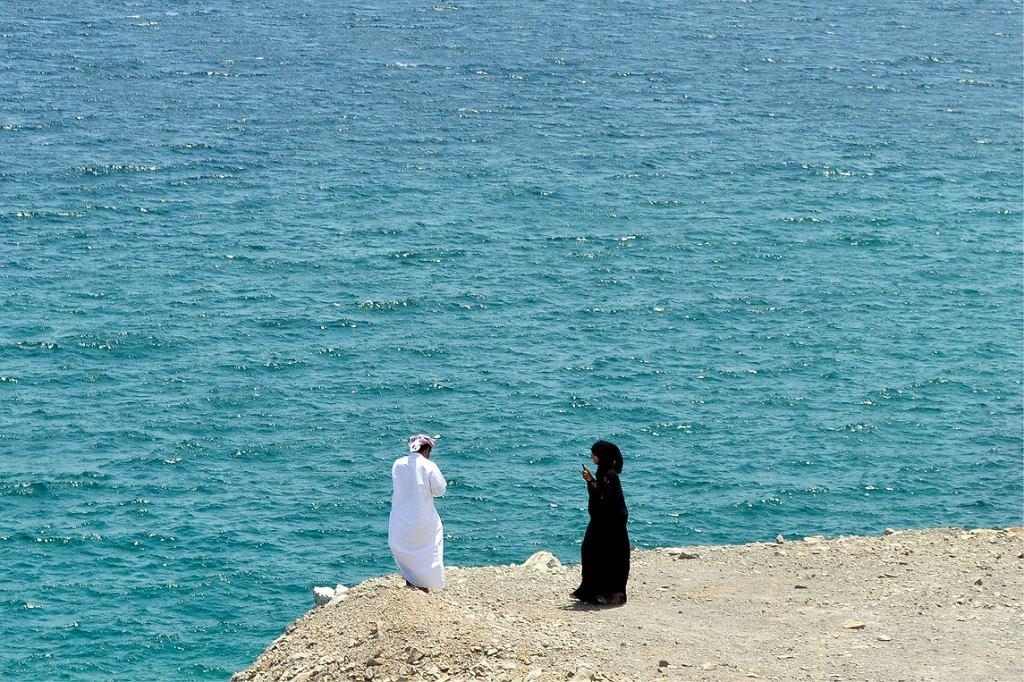 Miłość w ultranowoczesnych Emiratach: mężczyzna i kobieta wpatrują się w ekrany swoich telefonów (fot. Aleksandra Chrobak)