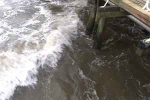 Silny sztorm na Bałtyku, a oni pływają na deskach i w kajaku, ryzykując życie