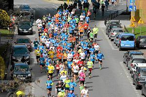 Półmaraton Warszawski biegnie w niedzielę. Zabawa i doping na całego
