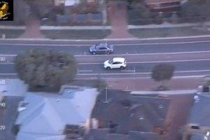 Ucieka� przed policj� kradzionym samochodem, us�ysza� 16 zarzut�w. Dramatyczny po�cig widziany z helikoptera
