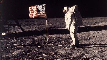 Jedno z najsłynniejszych zdjęć w historii ludzkości. Buzz Aldrin i amerykańska flaga na Księżycu. 20 lipca 1969 r.