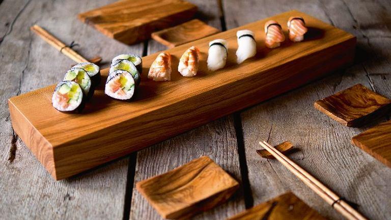 Sushi na jesionie Jesionowa geta, tradycyjna deska do podawania sushi. Wykonana rzemieślniczo z materiału pozyskiwanego lokalnie. Prosta i starannie zrobiona z drewna o ciekawych słojach i barwie. Zaimpregnowana olejem z orzecha włoskiego. Wymiary: 51 x 14 x 5 cm, 99 zł, I Love Nature, ilovenature.pl