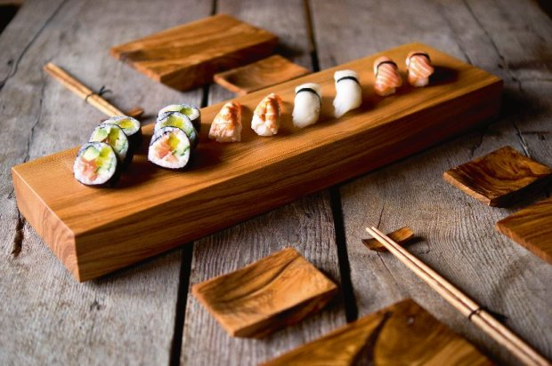 Sushi na jesionie Jesionowa geta, tradycyjna deska do podawania sushi. Wykonana rzemie�lniczo z materia�u pozyskiwanego lokalnie. Prosta i starannie zrobiona z drewna o ciekawych s�ojach i barwie. Zaimpregnowana olejem z orzecha w�oskiego. Wymiary: 51 x 14 x 5 cm, 99 z�, I Love Nature, ilovenature.pl