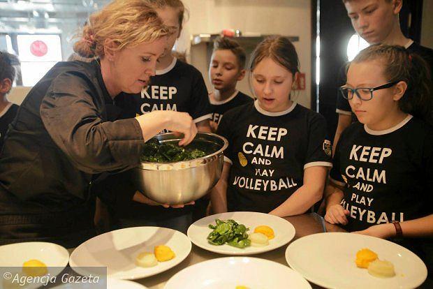 Uczniowie SP nr 8 gotuj�ce z Basi� Ritz dla siatkarzy Lotosu Trefl Gda�sk