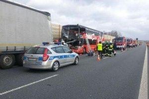 Dramatyczny wypadek Polskiego Busa na A2. Jedna osoba nie �yje, s� ranni