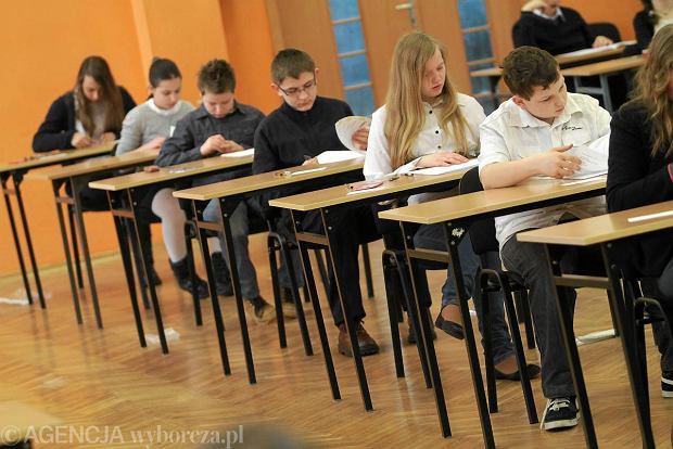 Uczniowie pisz� sprawdzian sz�stoklasisty