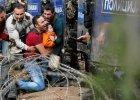 P�acz, wrzaski. Matki z dzie�mi na r�kach. Nieporuszeni policjanci. 3 tys. uchod�c�w przy granicy z Macedoni�