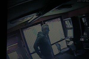 Uzbrojony bandyta napadł na salon gier. Zdradzi go narośl nad uchem?