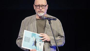 Reżyser filmu 'Kler' Wojciech Smarzowski na scenie 43. Festiwalu Filmowego w Gdyni. Odbierając Nagrodę Specjalną Jury, zażartował: 'W swojej pysze myślałem, że może nagrodę wręczy mi prezes TVP'. Gdynia, 21 września 2018
