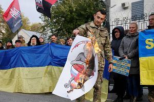 Ukraina: Przed ambasadą Rosji spalono plakat z podobizną Putina