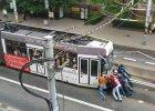 Pomyli�a ulice, wi�c pasa�erowie pchali tramwaj [WIDEO]