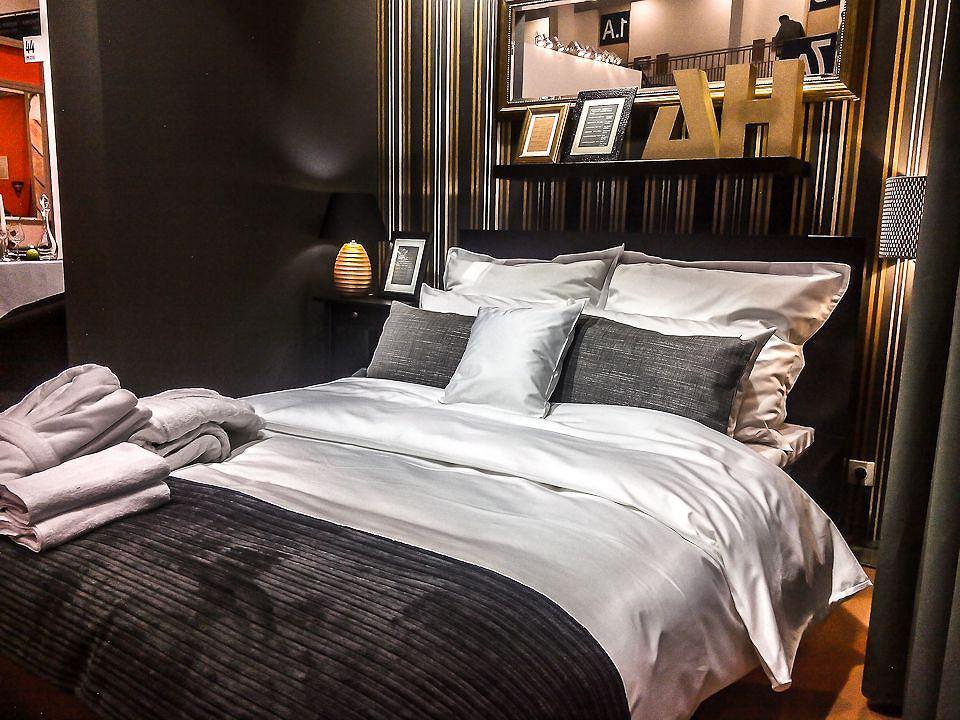 Hotelowy Pokój łóżko W Centralnym Punkcie I Pościel Andropol Na