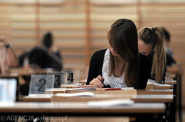 Maturzystka podczas pr�bnej matury w liceum im. �niadeckiego w Kielcach
