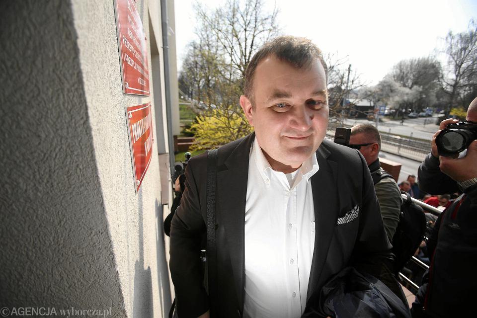 Ostatni moment przed wejściem Stanisława Gawłowskiego do siedziby Prokuratura Krajowej w Szczecinie