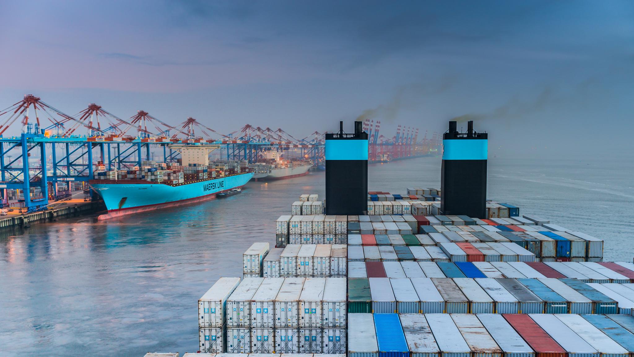 Mayview Maersk odbija od nabrzeża w Bremerhaven, w tle kontenerowce Elly Maersk i Seago Istanbul (fot. Robert Urbaniak)