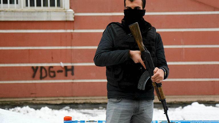 Policja przed siedzibą kurdyjskiej partii DBP w Diyarbakir