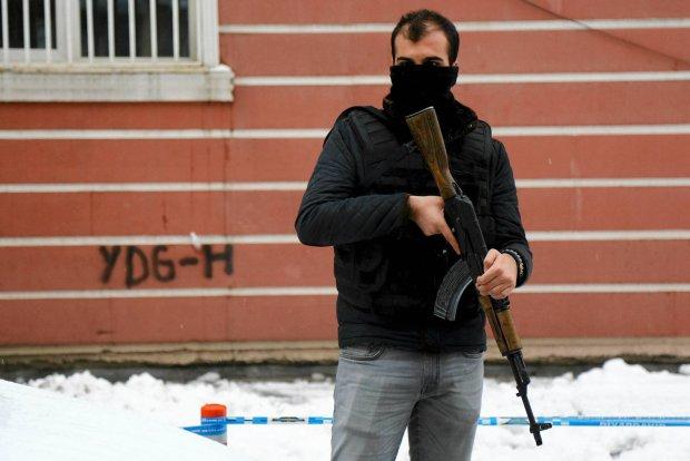 Policja przed siedzib� kurdyjskiej partii DBP w Diyarbakir