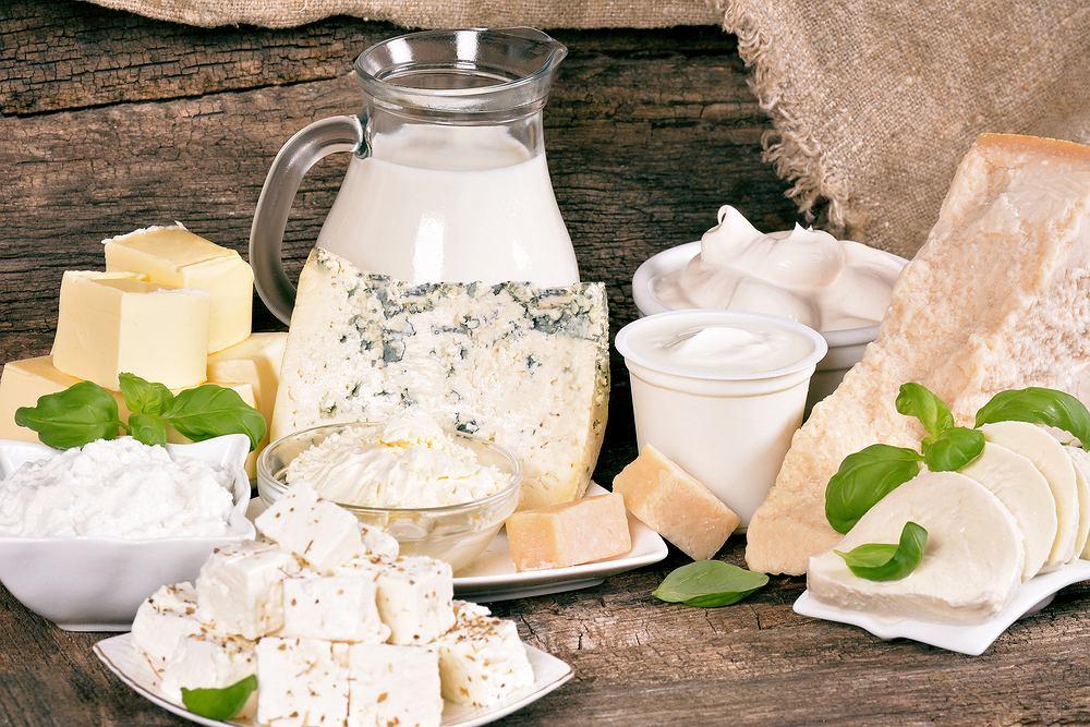 Wapń - najbogatszym źródłem są sery żółte dojrzewające (np. parmezan), poza tym w czołówce znajdują się mleko, twaróg, migdały / Fot. Shutterstock