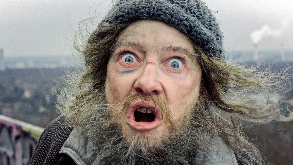 Cate Blanchett jako bezdomny - jedna z 13 postaci, które kreuje w instalacji i filmie 'Manifesto'