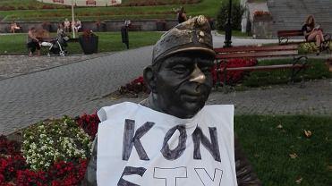 Koszulki z napisem 'Konstytucja' na pomnikach w Przemyślu