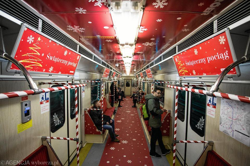 Wnętrze udekorowanego pociągu