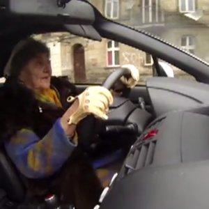 """Ma 81 lat, a jej subaru w 5 sek. rozp�dza si� do setki. """"Babciu, po co ci taki samochód?"""" I ta odpowied�!"""