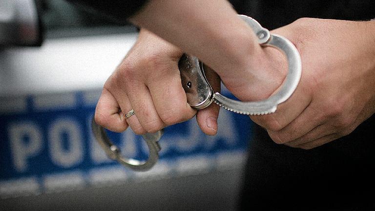 Policja zatrzymuje podejrzanego