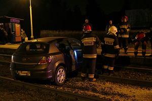 Opel pod poci�giem WKD. Kierowca nie zachowa� ostro�no�ci