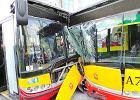 Czo�owe zderzenie autobus�w w al. Jana Paw�a II nagra�a kamera. Zobacz wideo