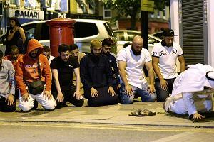 Londyn. Muzułmanie modlą się przed meczetem, gdzie doszło do ataku [ZDJĘCIA]