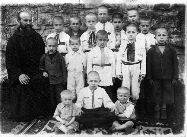 Wychowankowie klasztoru w Uniowie w 1943 r. W pierwszym rzędzie, pośrodku, stoi Adaś, który w Uniowie nazywał się Czerwiński