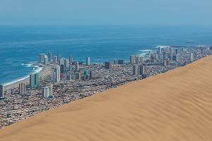 """Gigantyczna wydma """"pożera"""" miasto. Jest największa na świecie i nazywa się """"Smok"""" [ZDJĘCIA]"""