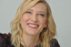 Cate Blanchett zwykle nosi w�osy g�adko zaczesane. A jak wygl�da z burz� lok�w? No c�, nie najlepiej