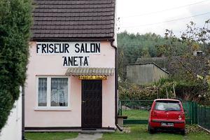 """Niemcy je�d�� si� strzyc do polskiej """"wioski fryzjer�w"""""""