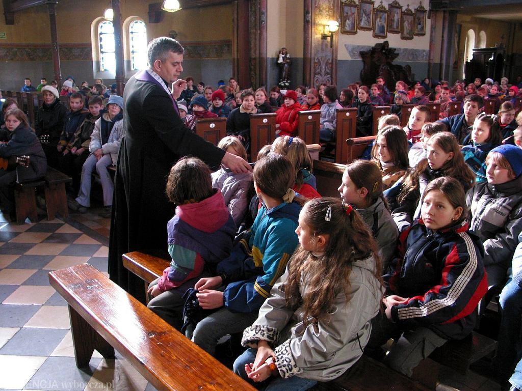Dzieci podczas rekolekcji w jednym z bydgoskich kościołów (fot. Damian Kramski / Agencja Gazeta)