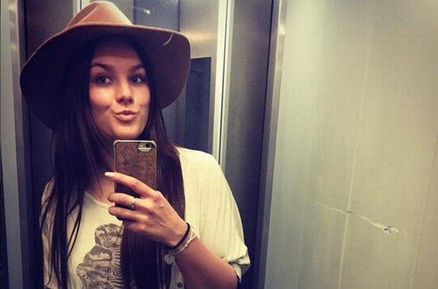 """Ewa Farna postanowiła """"wyczyścić"""" swoją szafę. Dla jej fanek jest to okazja, żeby obkupić się w ciuchy swojej idolki."""