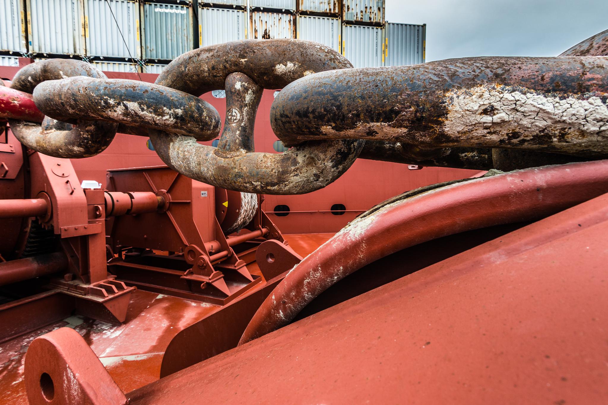 Łańcuch kotwiczny na dziobie Mayview Maersk. Każde z ogniw ma około metra długości i waży w przybliżeniu 200 kg. Cały łańcuch to blisko 100 ton stali i w dużej mierze to właśnie ciężar łańcucha trzyma zakotwiczony kontenerowiec na uwięzi. (fot. Robert Urbaniak)
