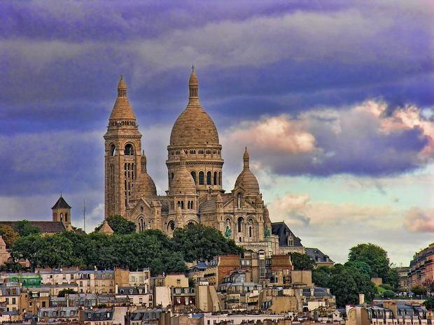 Bazylika Sacré Coeur, Paryż - 10,500,000 odwiedzających rocznie. Położona na malowniczym wzgórzu Montmartre, Bazylika Sacré-Coeur z zewnątrz błyszczy bielą granitu i przytłacza wielkim rozmiarem. Na dzwonnicy o wysokości 84 m znajduje się jeden z największych dzwonów na świecie - ważący 19 ton. Wnętrze kościoła jest bardzo bogate w dekoracje malarskie i mozaikowe.