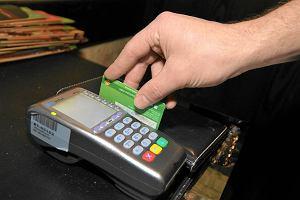 Bonusy dla kierowców. Dwa banki zwracają po 50 zł miesięcznie za opłatę kartą za paliwo i dokładają premię na dobry początek