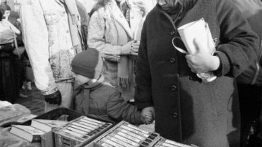 Druga połowa lat 80., handel filmami na kasetach VHS na targowisku w Gdańsku-Wrzeszczu. Bazary, na których sprzedawano nielegalne w PRL zachodnie produkcje, przyciągały nie tylko kinomanów, ale też milicjantów i esbeków. Aresztowania i rekwizycje nie przynosiły jednak skutku. Nie ma mocnych, by to zlikwidować - pisał w jednym z raportów zrezygnowany funkcjonariusz SB oddelegowany do kontroli rynku wideo.