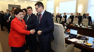 Premier rządu PiS Beata Szydło i wicepremier, minister rozwoju Mateusz Morawiecki podczas posiedzenia rządu. Warszawa, 4 grudnia 2017