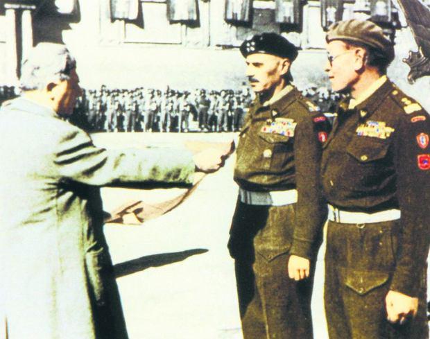 Generałowie Władysław Anders i Zygmunt Bohusz-Szyszko podczas uroczystości przyznania honorowego obywatelstwa Bolonii wyzwolonej 20 kwietnia 1945 r. przez żołnierzy 2. Korpusu. Oprócz generałów uhonorowano wówczas 15 innych oficerów. Włoska życzliwość trwała krótko - tamtejsi komuniści jeszcze w 1945 r. rozpoczęli kampanię przeciwko ''polskim faszystom''